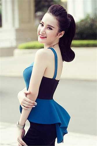 Không ít người 'ác cảm' với những hình ảnh thiếu vải và hành động 'quằn quại' của Angela Phương Trinh khi xuất hiện tại các bar.