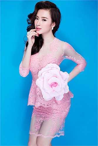 Nhiều người cho rằng Angela Phương Trinh ngọt ngào trong sáng đẹp hơn so với khi cô sexy trên sân khấu.