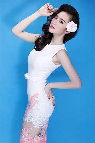 Nụ cười rạng rỡ, hình thể đẹp giúp Angela Phương Trinh ghi điểm.