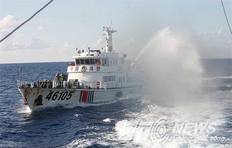 Tàu Cảnh sát biển mang số hiệu 2016 của Việt Nam đã bị tàu Trung Quốc số hiệu 46105 liên tục phun vòi rồng.
