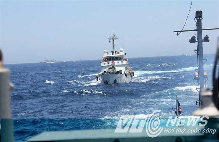 Tàu Trung Quốc hung hãn lao về phía tàu Việt Nam khi tàu Việt Nam tiến sâu giàn khoan làm nhiệm vụ tuyên truyền, yêu cầu Trung Quốc rút giàn khoan Hải Dương 981 khỏi vùng biển Việt Nam.