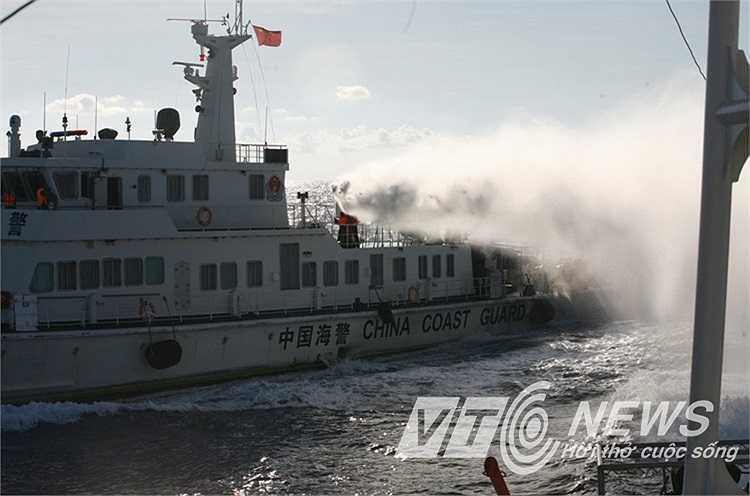 Phun vòi rồng liên tục vào tàu chấp pháp Việt Nam