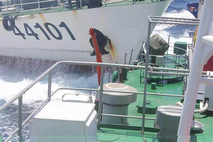 Tàu 44101 của Trung Quốc tấn công tàu Việt Nam.