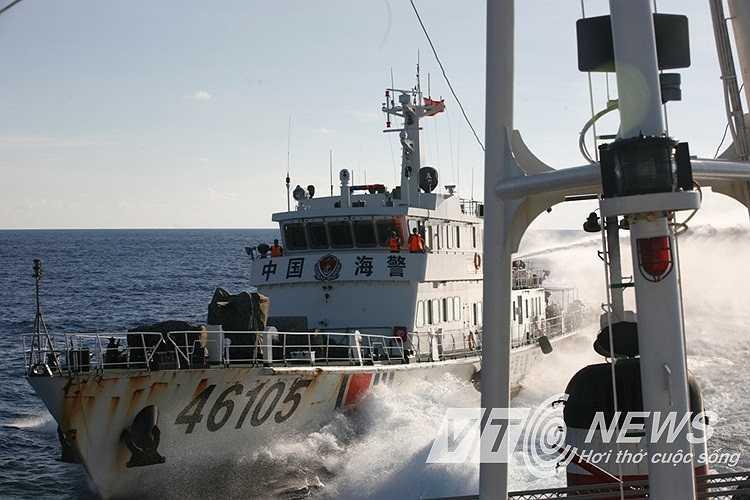 Tàu Trung Quốc áp sát, phun voi rồng vào tàu chấp pháp Việt Nam.