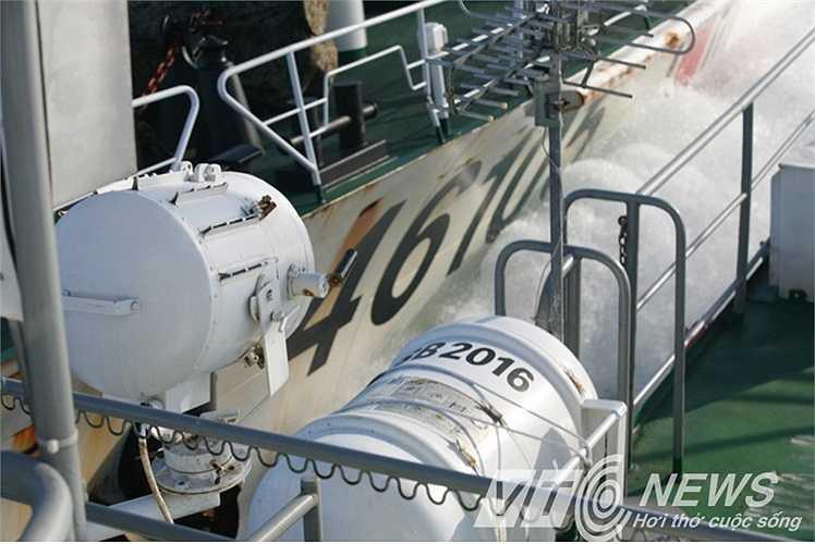 Và đâm trực diện vào bên mạn phải tàu Cảnh sát biển Việt Nam, gây thủng 4 chỗ, vết thủng thấp nhất cách mực nước biển chỉ 40 cm, có chiều dài 50 cm và rộng 3 cm.