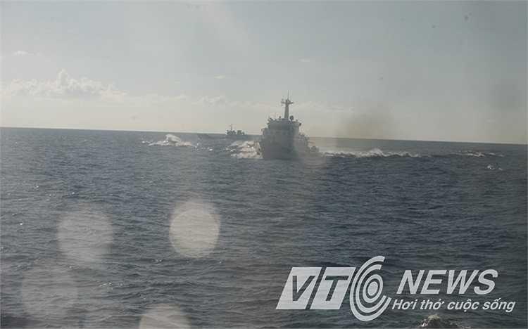 Các tàu khác của Trung Quốc tiếp tục lao về phía các tàu chấp pháp Việt Nam.