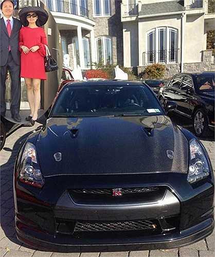 Ca sỹ Hà Phương có cuộc hôn nhân hạnh phúc với người chồng tỷ phú Chính Chu. Một trong những khối tài sản giá trị trong gia tài nhà chồng Hà Phương gồm bộ sưu tập xế sang đắt tiền. Trong dàn siêu xe tụ hội trước ngôi biệt thự, nổi bật là chiếc Nissan GT-R được độ nắp capô bằng chất liệu sợi carbon.