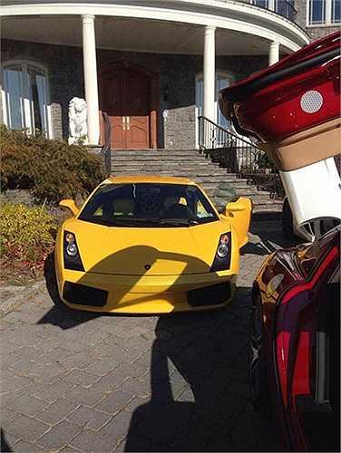 Trong bộ sưu tập xe riêng của vợ chồng em gái Cẩm Ly có những chiếc siêu xe như Lamborghini Gallardo màu vàng...