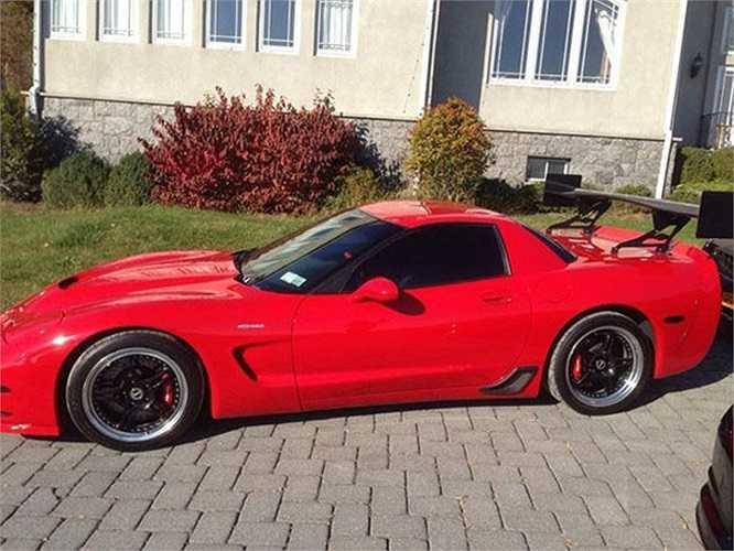 ...hay như chiếc xế thể thao Chevrolet Corvette đời 2000