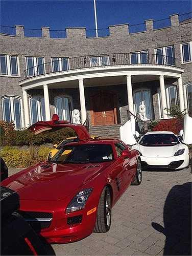 Đỗ trước dinh thự nhà vợ chồng Hà Phương là chiếc Mercedes-Benz SLS AMG màu đỏ