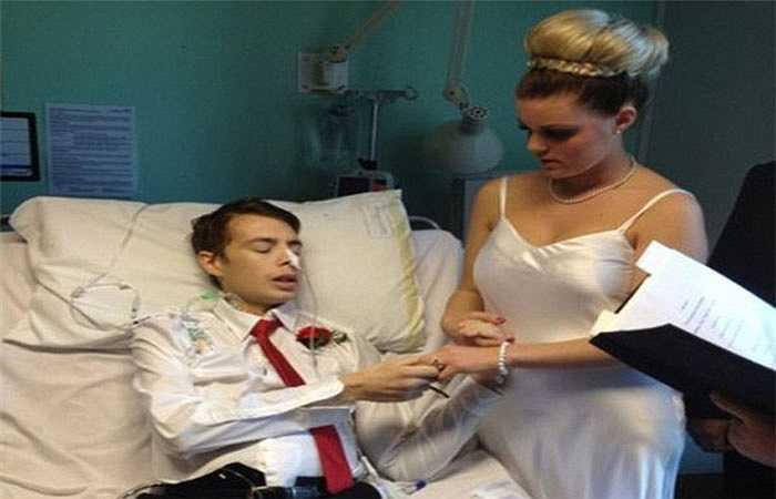 6. Anh Felix Glenny, 23 tuổi và Cola Weller, 22 tuổi, sống ở Lower Stoke, Kent, nước Anh đã tổ chức đám cưới chỉ một tháng sau khi Felix phát hiện mắc bệnh ung thư ruột giai đoạn cuối và không thể qua khỏi.