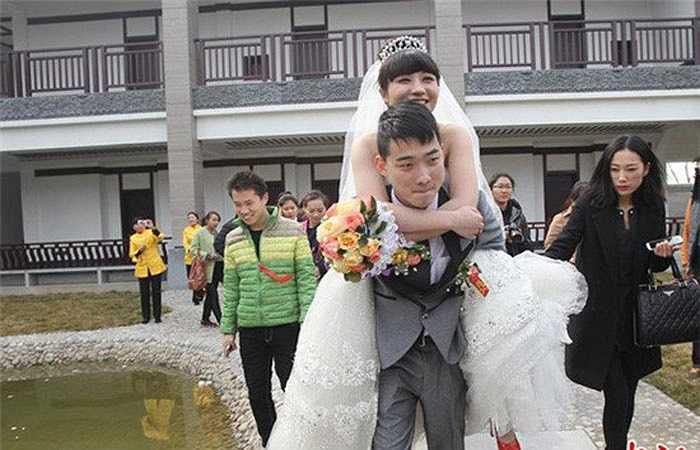 Khi biết mình bị bệnh nan y, Phùng Doanh đã nhất mực chia tay nhưng Hải Bân kiên quyết đòi ở bên để chăm sóc cho cô. Lễ cưới của họ được tổ chức hồi đầu tháng 3. Nhìn hình ảnh cặp đôi quấn quýt, chăm chút cho nhau, những người có mặt tại lễ cưới đã vô cùng xúc động.