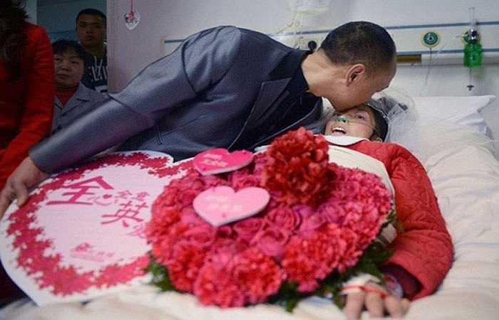 8. Ngày 25/12/2012, một đám cưới gây chấn động Trung Quốc đã diễn ra tại bệnh viện Thảo đường Nhân dân ở Thành Đô, tỉnh Tứ Xuyên giữa chú rể Vương Toàn Thắng (44 tuổi) và cô dâu Hoàng Huệ Anh (42 tuổi) vẫn đang phải thở oxy trong bệnh viện