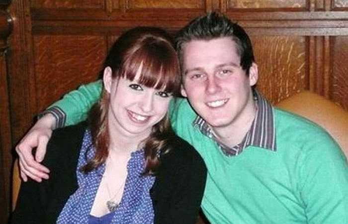 9. William Kent, 24 tuổi, và Emma, 25 tuổi, đã kết hôn tại bệnh viện thành phố Nottingham ở Anh vào cuối tháng 9 năm 2012. Vào thời điểm ấy, căn bệnh ung thư đã gây tổn thương thần kinh, khiến William không còn khả năng nói hay chớp mắt.