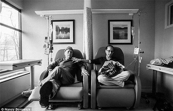 Song cả hai không bi lụy mà luôn sát cánh bên nhau đối mặt khó khăn. Họ cùng nhau đi nghỉ dưỡng, hẹn hò ở nhà hàng, cùng đọc báo cho nhau nghe. Trong những lần đến bệnh viện điều trị, ông bà cũng đi cùng nhau.