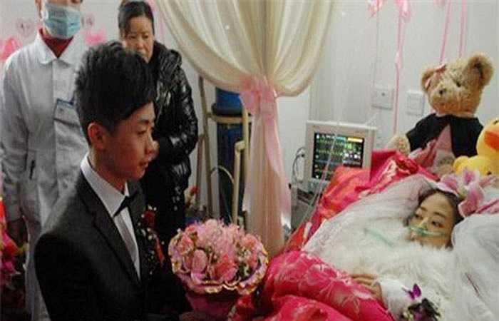 5. Yang Heng và Chen Ting, ở Chongzhou, Trung Quốc đã yêu nhau được hơn 3 năm. Có lẽ họ sẽ có một hạnh phúc viên mãn nếu như Chen không bị mắc ung thư ruột giai đoạn cuối. Yang đã nghỉ việc để ở bên chăm sóc cô và anh quyết định tổ chức đám cưới với người mình yêu.