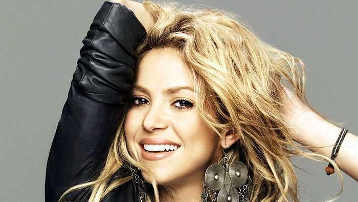 Chơi trung vệ là Shakira, cô bồ hơn tuổi của Gerard Pique