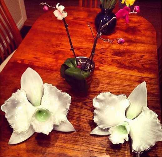 Cánh hoa được tạo ra trước tiên, sau đó, Gamrath phủ lớp bột kính lên cánh hoa. Đôi khi anh thêm một lớp kính nữa trước khi rắc bột kính lần nữa.