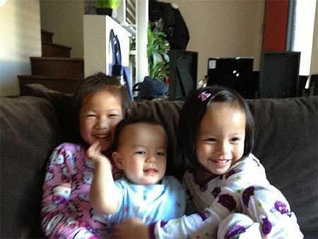 Hai cô công chúa với người em trai là con của chồng sau.