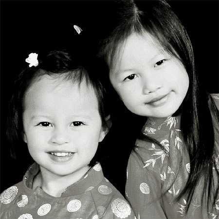 Các con gái rất xinh xắn trong tà áo dài truyền thống Việt Nam