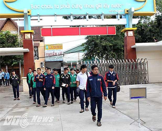 Nhưng hôm qua (2/6) các tuyển thủ thuộc Khóa I Học viện HAGL-Arsenal JMG được miễn tập trung để dành toàn bộ thời gian cho kỳ thi tốt nghiệp THPT tại điểm trường chuyên Hùng Vương, TP Pleiku (Gia Lai)