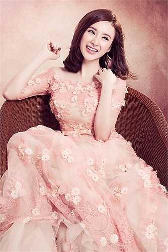 Angela Phương Trinh quyến rũ khi diện những thiết kế ren thực hiện bộ ảnh mới.