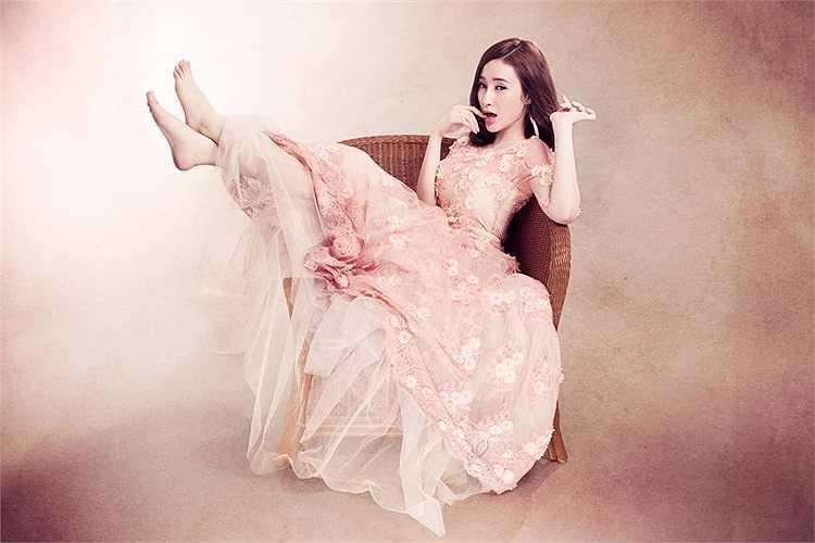Trong những thiết kế ren bồng bềnh như công chúa, Angela Phương Trinh khoe nhan sắc rạng ngời sức sống.