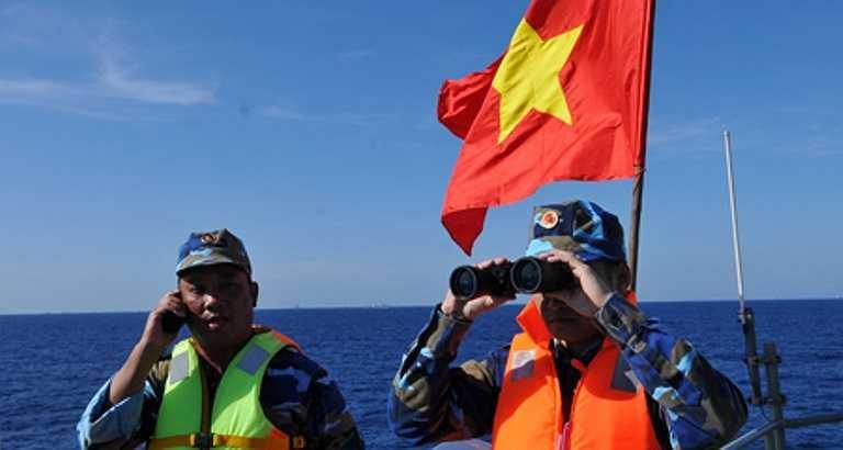 Các chiến sỹ trên tàu CSB 8003 theo dõi mọi hoạt động của tàu TQ để có biện pháp đối phó, tuyên truyềnCác chiến sỹ trên tàu CSB 8003 theo dõi mọi hoạt động của tàu Trung Quốc để có biện pháp đối phó, tuyên truyền