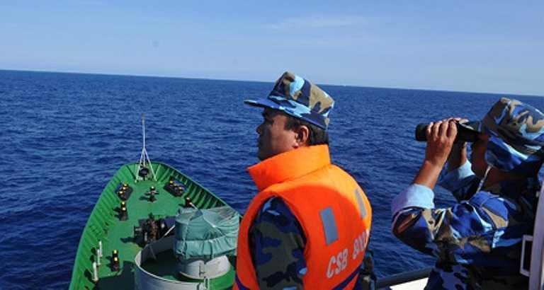 Cơ động di chuyển, luôn luôn dõi theo những hoạt động trái phép của tàu TQ để kịp thời báo cáo.