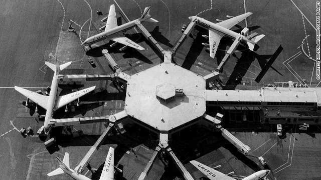 Năm 1959: Các cầu dẫn ra máy bay được sử dụng lần đầu tiên ở sân bay San Francisco
