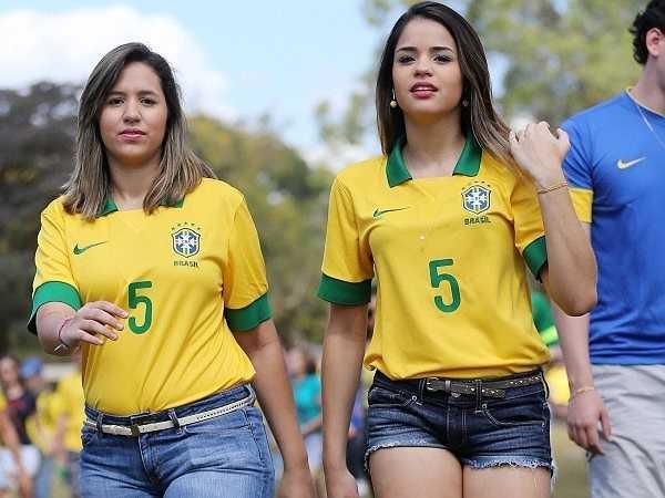 Các fan nữ Brazil tới sân Serra Dourada