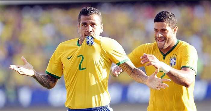 Dani Alves nâng tỷ số lên 2-0 ở phút 40