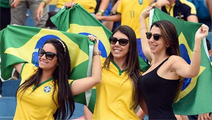 Những fan nữ xinh đẹp trên khán đài sân Serra Dourada.