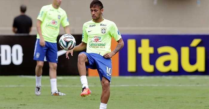 Neymar khởi động trong tiếng hò reo của mọi người
