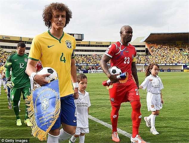 Tuyển Brazil và Panmar cùng bước ra sân đấu.