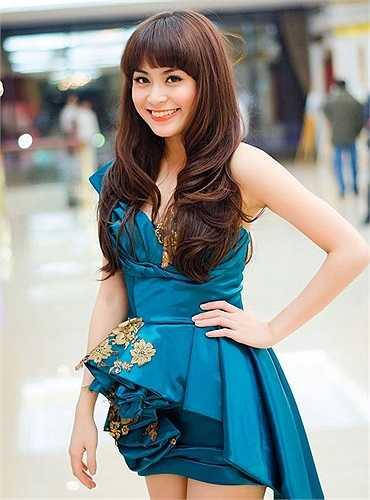 Váy ngắn khoe đường cong quyến rũ cùng đôi chân mượt mà dường như là sở trường của Hoàng Thùy Linh.