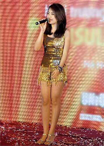 Tuy nhiên, với sự trưng dụng váy ngắn một cách triệt để, hình ảnh Hoàng Thùy Linh trên sân khấu ấm nhạc đã tạo nên nhiều ý kiến trái chiều từ khán giả.