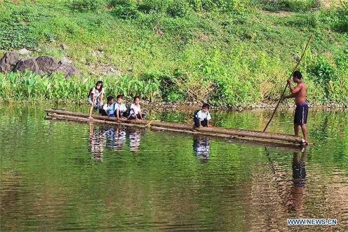 Hình ảnh các em học sinh đang được đưa qua sông bằng bè để đến trường ở tỉnh Rizal, Philippines. Ảnh chụp ngày 2/6.