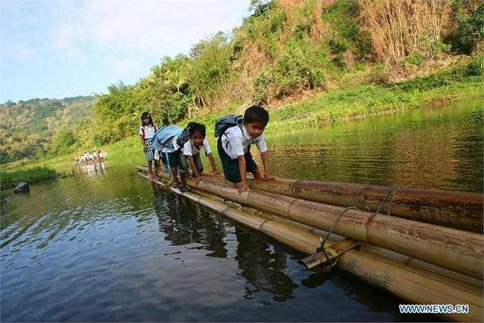 Vẻ lo lắng luôn xuất hiện trên khuôn mặt của những em bé này mỗi khi các em vượt sông đến trường.
