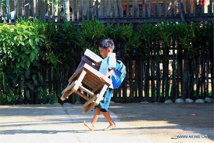 Do tình trạng cơ sở vật chất trường học thiếu thốn, nhiều em học sinh phải tự mang ghế ở nhà đến trường.