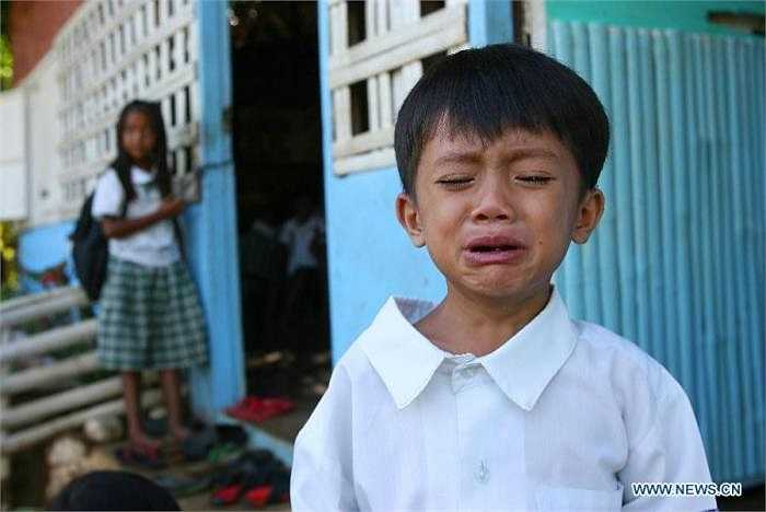 Lần đầu tiên đi học, em bé này đã khóc mếu máo khi không có người thân bên cạnh.