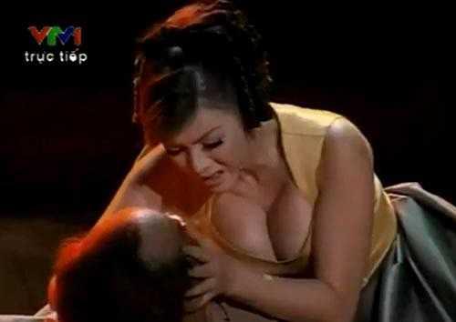 Tháng 5/2011, Lý Nhã Kỳ bị nhiều khán giả chỉ trích khi diện một chiếc váy cổ trễ sâu, để lộ vòng một 'đồ sộ' trong vở kịch được truyền hình trực tiếp.