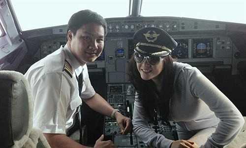 Đầu tháng 5/2013, hình ảnh Lý Nhã Kỳ mặc quần áo ngủ kiểu thể thao và chụp hình cùng phi công trong buồng lái máy bay được tung lên mạng khiến khán giả và các cơ quan chức năng không khỏi giật mình.