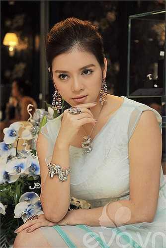 Cô liên tục trưng trổ những bộ kim cương có giá trên trời.