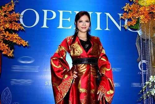 Kiều nữ diện chiếc váy Alexander McQueen với giá trị hơn 800 triệu đồng (tương đương 40.000 USD)