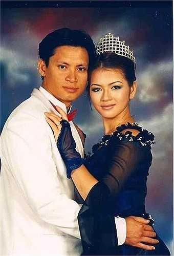 Năm 2012, thông tin Lý Nhã Kỳ từng kết hôn từ năm 2000 khiến dư luận dậy sóng khi xuất hiện một mẫu giấy chứng nhận kết hôn trùng tên và ngày sinh của cô.