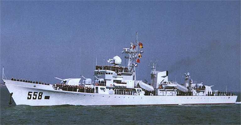 Về vũ khí trang bị, hỏa lực chính của tàu là 2 bệ phóng tên lửa diệt hạm C-201. Đây là loại tên lửa diệt hạm đã lạc hậu, dựa trên thiết kế tên lửa diệt hạm P-15 Termit của Liên Xô, tốc độ bay chỉ Mach 0,8, tầm bắn chỉ 85km. Bù lại. C-201 nặng 2.998kg và mang đầu nổ đến 513kg, có sức công phá cao, xác suất diệt mục tiêu với một đạn C-201 là 70%.