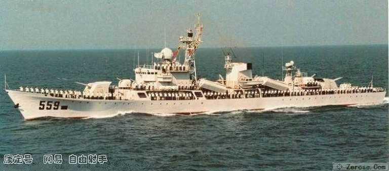 Bên cạnh tên lửa diệt hạm, tàu hộ vệ Giang Hồ II còn có 2 pháo Type 79 cỡ 100mm 2 nòng (tầm bắn 22,5km, tốc độ bắn 50 phát/phút) và 2 pháo phòng không 37mm 2 nòng. Đây vừa là hỏa lực phòng không, vừa là hỏa lực chống tàu và bắn phá bờ biển của tàu.