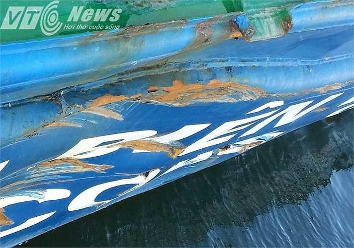 Mạn tàu CSBVN 2016 bị tàu Trung Quốc đâm thủng 4 lỗ. (Ảnh: Quang Tùng)