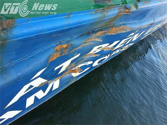 Cú đâm va hung hăng của tàu Trung Quốc gây móp nhiều vị trí trên tàu CSBVN. (Ảnh: Quang Tùng)